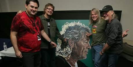 Po koncertě dostali Deep Purple od primátora Olomouce Martina Novotného jako dar obraz zpěváka Iana Gillana.