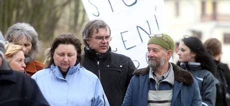 Průvod za záchranu stromů podél silnice mezi Mladkovem a Pastvinami.
