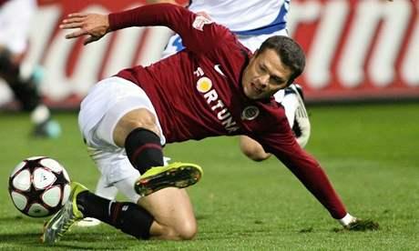 Libor Sionko se snaží v krkolomné pozici zpracovat míč, napadá ho liberecký Marcel Gecov.