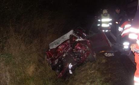 Osobní vůz střet s nákladním autem zcela zdemoloval.
