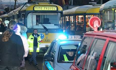 Dívka se střetla s tramvají na křižovatce Karlovarské třídy a Aleje Svobody na Lochotíně (21.října 2010).