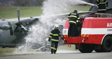 Hasiči zasahují u simulovaného požáru letadla.