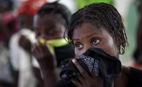 Dívka čeká na sérum, které by ji mělo ochránit před nákazou cholery