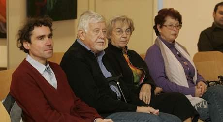 Účastníci autorského čtení knihy Příběhy třetího odboje Miroslava Kasáčka a reportéra MF DNES Luďka Navary.