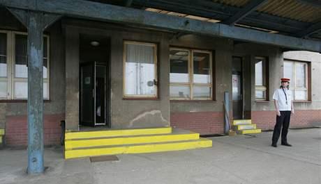 Zchátralé vlakové nádraží v Chlumci nad Cidlinou.