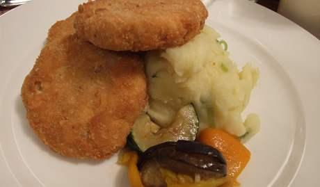 Restaurace U Bílého beránka - cizrnové karbanátky s bramborovou kaší.