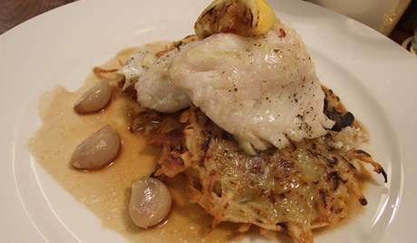 Restaurace U Bílého beránka - candát s hrubými bramboráčky a konfitovaným česnekem.