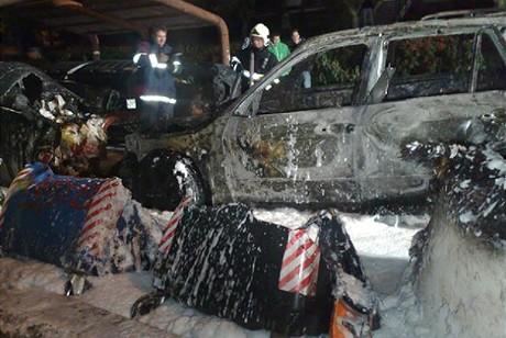 Na Barrandově vzplálo BMW a sedm kontejnerů na tříděný odpad.