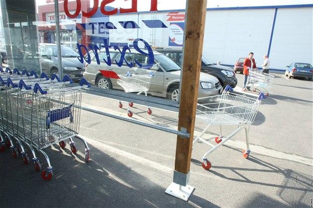 Plze�ské Tesco jako první v zemi u� má nákupní vozíky bez mincovník�, n�kte�í lidé je proto na svá místa nevracejí.