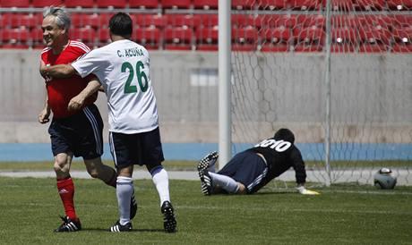 Za úřední tým skóroval i prezident Piňera. Na snímku ho objímá horník Carlos Acuna. (25. října 2010)