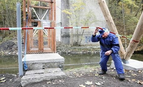 Zbrusu novému transbordéru přes Smědou v Chrastavě již chybí lana i kladky.