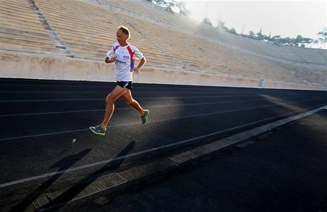 CÍL  V ATÉNÁCH. Německý běžec Jürgen Mennel vzdal poctu maratonu.