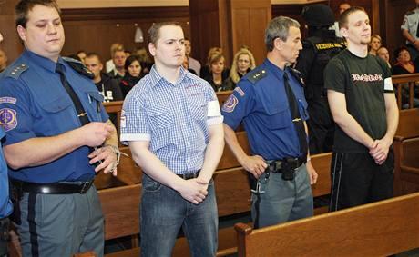 David Vaculík (v modré košili) a Jaromír Lukeš (v triku s nápisem)  si vyslechli u ostravského Krajského soudu tresty za žhářský útok. (20. října 2010)