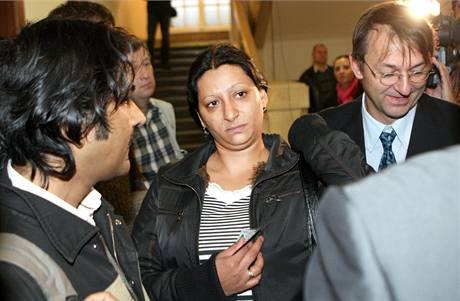 Anna Siváková, matka popálené Natálky, přichází ke Krajskému soudu v Ostravě. (20. října 2010)