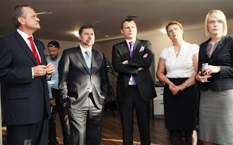 Neúspěšný kandidát Věcí veřejných Stanislav Czudek (vlevo) s vedením strany ve volebním štábu v Ostravě. (23. října 2010)