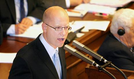 Předseda ČSSD Bohuslav Sobotka při projevu v Poslanecké sněmovně.
