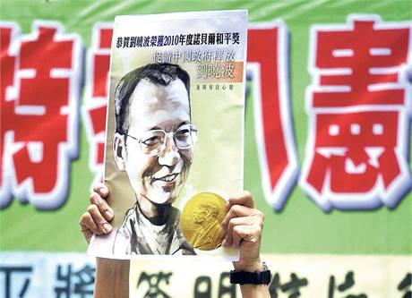 Svobodu pro Liou Siao-poa! Aktivista v Hongkongu žádá čínskou vládu, aby pustila nositele Nobelovy ceny za mír.