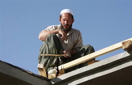 Místní pilně pracují na stavbě hedvábnické farmy v Powraku