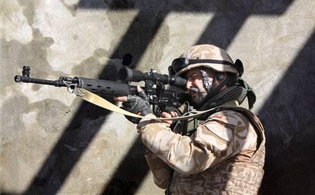 Ostřelovači hlídají civilní experty při kontrole stavby v Powraku