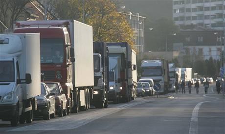 KAMIONY VADÍ MÍSTNÍM NEJVÍC. Blokáda silnice I/33 v Náchodě
