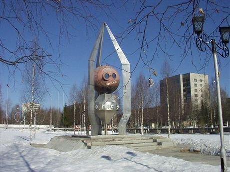 Památník vypuštění družice Kosmos-2000 v městě Mirnyj
