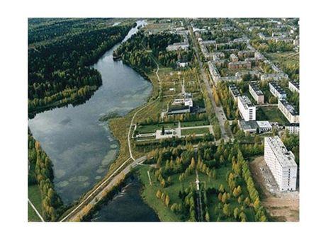 Město Mirnyj (vlevo jezero Plescy)