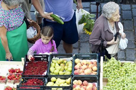Čerstvé ovoce už má kromě jablek a hrušek téměř po sezóně, ale stejně se nákup na farmářských trzích pořád vyplatí