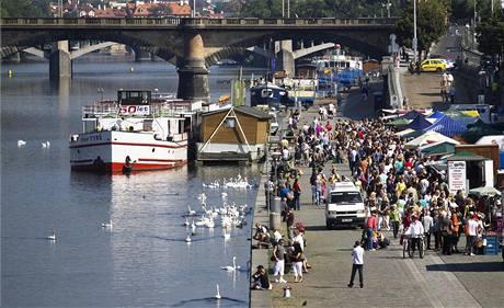 Farmářské trhy na náplavce u Palackého náměstí v centru Prahy
