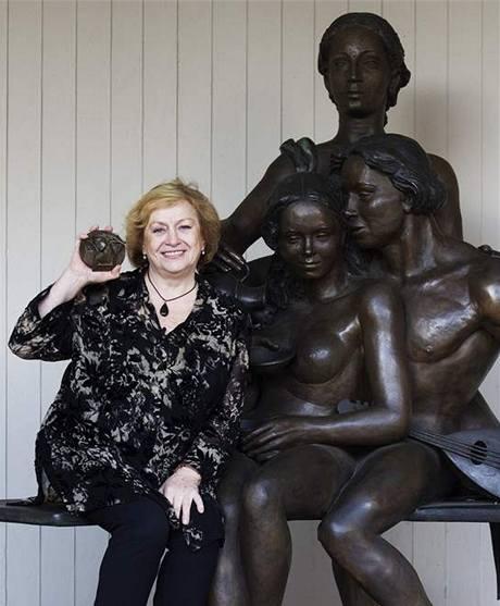 Věra Čáslavská drží pamětní medaili za fair play, kterou dostala v roce 1989 v Paříži.