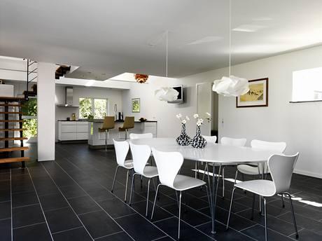 Jídelna s kuchyní je jádrem domu, kde rodina tráví nejvíce času. Odtud také vede schodiště do patra. Kuchyň je sice umístěna v rohu na severní straně, avšak díky otevřenému stropu sem shora dopadají sluneční paprsky.
