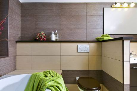 Klozetová mísa koupelnu pouze doplňuje, samostatné WC v domě nechybí