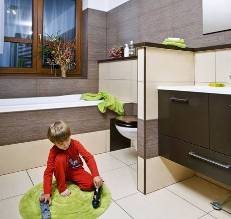 Velkou koupelnu chtěli rodiče i kvůli synům