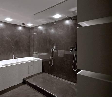 Povrchy v koupelně jsou vcementové stěrce vtmavém odstínu šedo-hnědo-fialové