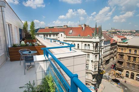 """""""Uskočené"""" patro dalo šanci vytvořit u pokojů příjemné terasy s výhledem na Prahu"""