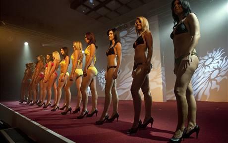 Soutěž Miss hasička 2010 zahrnovala i tradiční promenádu v plavkách.