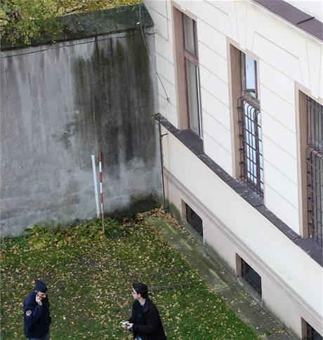 Okno cely, ze které vězeň utekl. Vykopnutá mříž z horní části okna leží na zemi. V rohu dvora je hromosvod, po kterém vyšplhal na zeď.