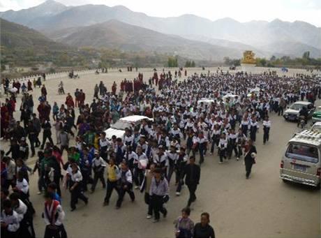 Studenti v uniformách vyšli do ulic na podporu Tibetštiny