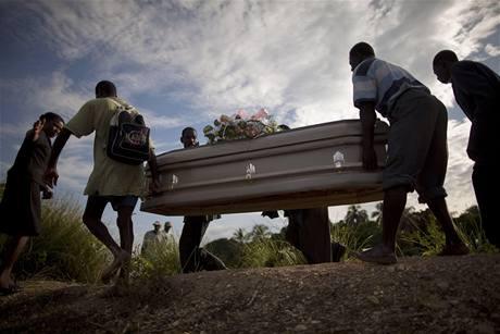 Pozůstalí odnáší rakev se svým příbuzným, který na Haiti zemřel na choleru