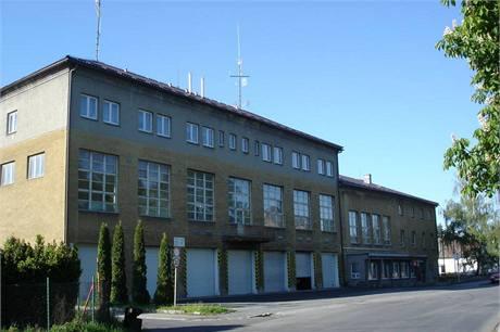 Budova hasičské stanice v Šumperku pochází z konce šedesátých let a nevyhovuje dnešním potřebám a standardům hasičů, její oprava se ale kvůli úsporám a škrtům odkládá nejméně o dva roky.