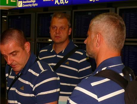 Členové českého realizačního týmu na letišti ve Frankfurtu. Vpravo trenér volejbalistek Jiří Šiller.