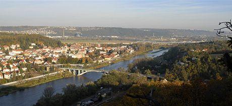 Pohled ze Závisti na Zbraslav na nový most přes Vltavu