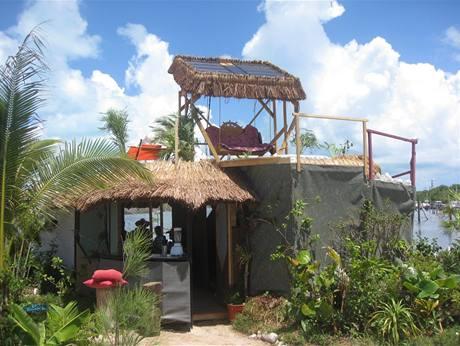Ostrov Spiral Island nabízí bydlení, pláž, dva rybníčky a vodopád poháněný sluncem