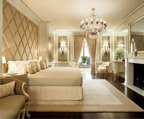 Ložnice pro hosty je zařízená v neutrálních tónech smetanové barvy. I zde jsou ručně vyrobeným kašmírem vytapetované stěny