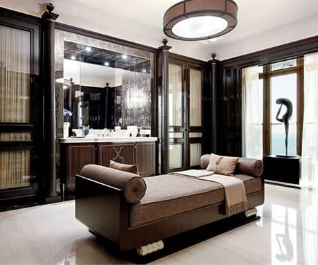 Koupelnu, která připomíná lázně, osvětluje lustr Sexta v čokoládově hnědém provedení od designérů Santa & Cole
