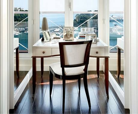 Nápadité použití zrcadel na obou stěnách okenní niky vytvořilo dokonalou iluzi obrovského okna a panoramatického výhledu na oceán