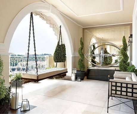 Veranda s terasou přímo navazuje na jídelnu. Je zařízená sedacím nábytkem a houpačkou ve stylu anglických zahradních zákoutí