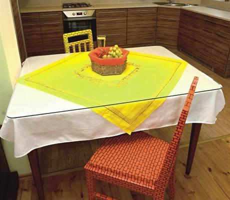 Jednoduchost i výrazné barvy. Tady by designéři měli radost, majitelé se nebáli dát ke stolu každou židli v jiné barvě
