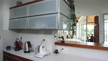 Pracovní deska je z technického kamene, který obsahuje více než 90 procent přírodního kamene