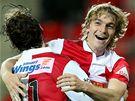 Slávista Milan Černý (vpravo) slaví svůj gól se spoluhráčem Karolem Kiselem