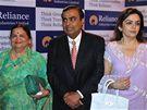 Mukesh Ambani se svou matkou (vlevo) a manželkou Nitou.